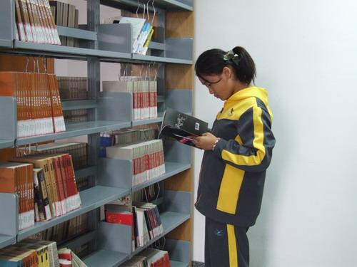 在知识的海洋里遨游 ――学校图书馆重新开放,师生借阅热情高涨